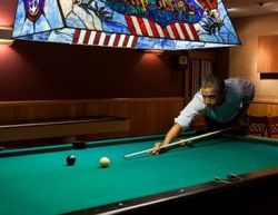Obama-plays-pool