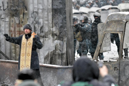 Priest-between-soldiers-and-protesters-Kiev